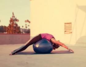 24 Самих ефективних вправи на фітбол, які зміцнять ваше тіло фото