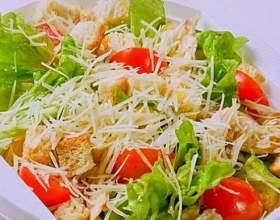 """Як їсти салат """"цезар""""? фото"""
