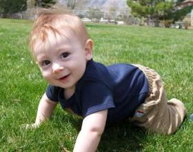 Як навчити дитину повзати? фото