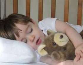 Як привчити дитину засинати самостійно? фото