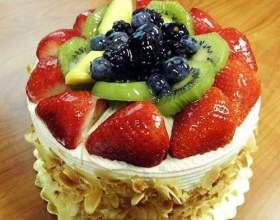 Як прикрасити торт фруктами? фото