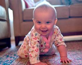 Коли починає повзати дитина? фото