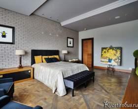 Сіра спальня в сучасному стилі з дерев`яними акцентами (3 фото) фото